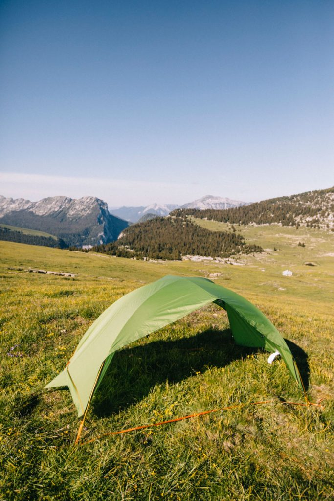 L'abris construit avec la toile de tente de la Qaou. crédit photo : Clara Ferrand - blog Wildroad #hikin,g #bivouac #rando #france