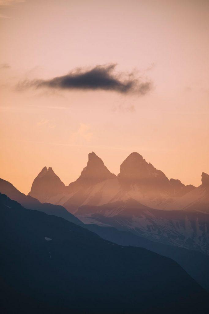 les aiguilles d'Arves au lever du soleil depuis le plateau des lacs dans les Écrins. crédit photo : Clara Ferrand - blog Wildroad