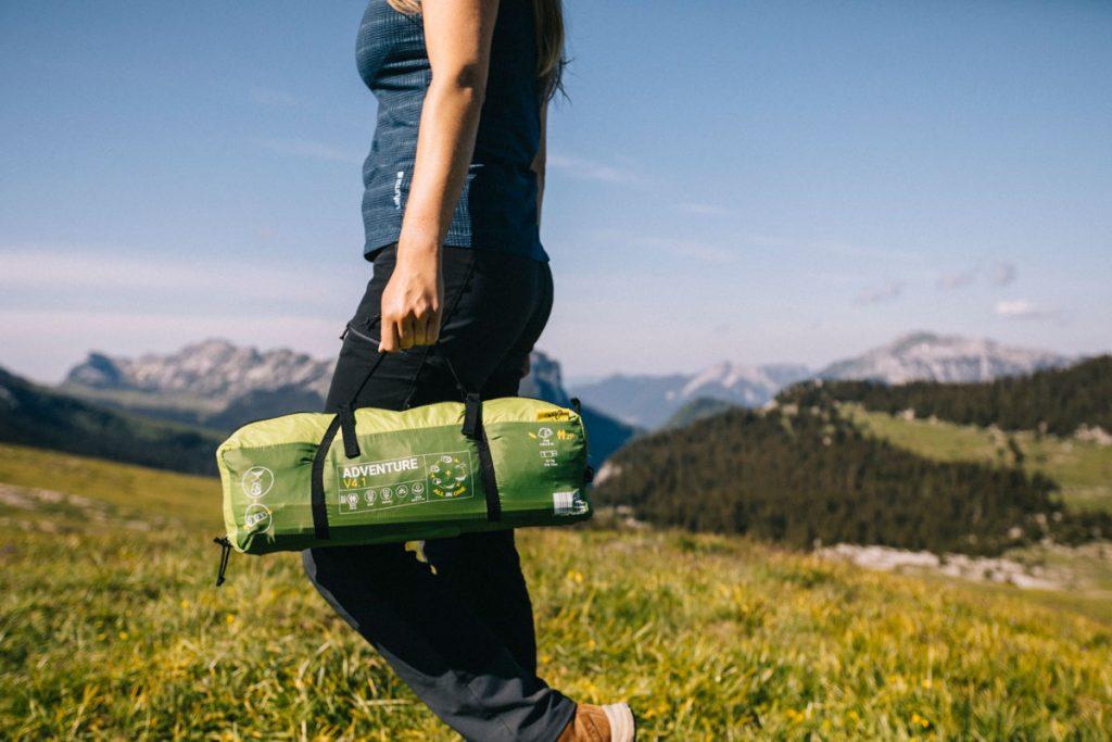 Transporter sa tente en trek dans le massif de la Chartreuse. crédit photo : Clara Ferrand - blog Wildroad