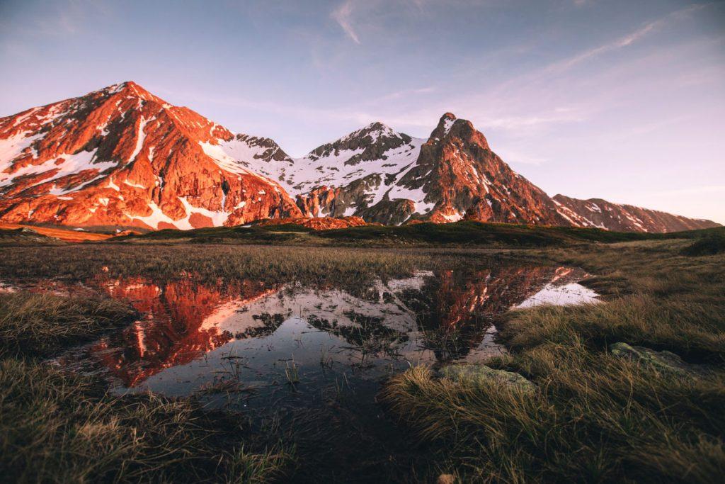 Les reflets de la fin détournée dans les lacs du plateau des lacs au massif du Tauillefer en france. crédit photo : Clara Ferrand - blog Wildroad