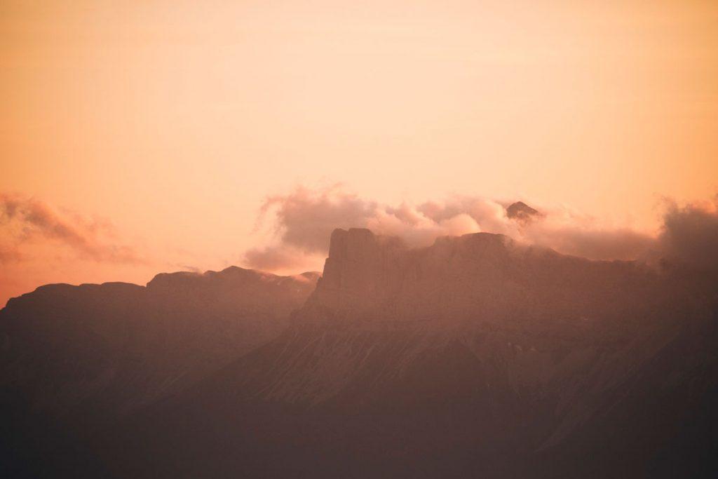 Coucher de soleil sur les hauts plateau du Vercors depuis les Écrins. crédit photo : Clara Ferrand - blog Wildroad