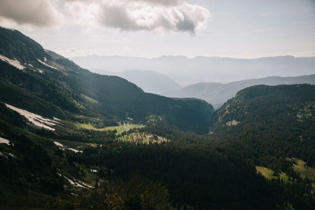 La vallée depuis la montée vers le platea des lacs dans les Écrins. Crédit photo : Clara Ferrand - blog Wildroad