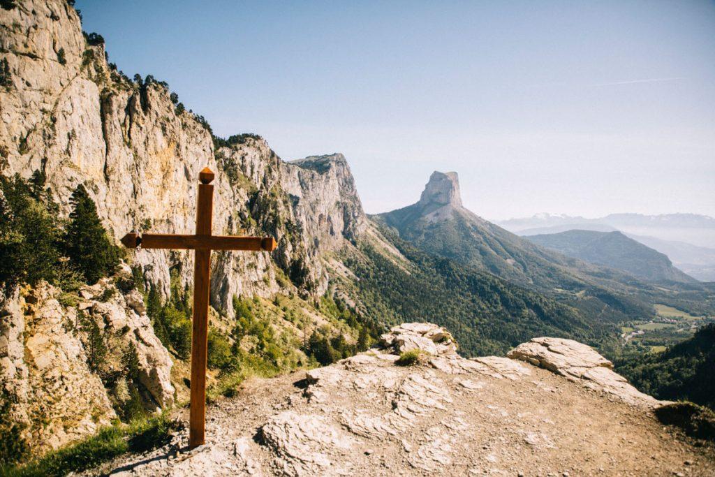 La croix du col de l'aiguille où ont été exécuté les soldats français durant le seconde Guerre Mondiale. crédit photo : Clara Ferrand - blog Wildroad