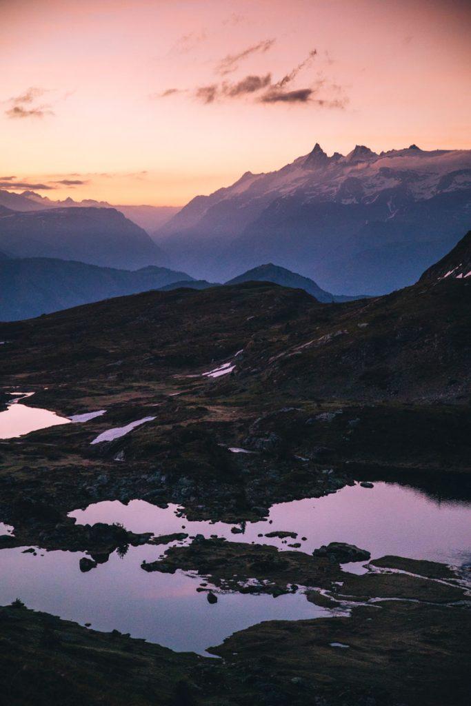 Le lac fourchu et les glaciers des Écrins au lever du soleil en Isère. crédit photo : Clara Ferrand -blog Wildroad