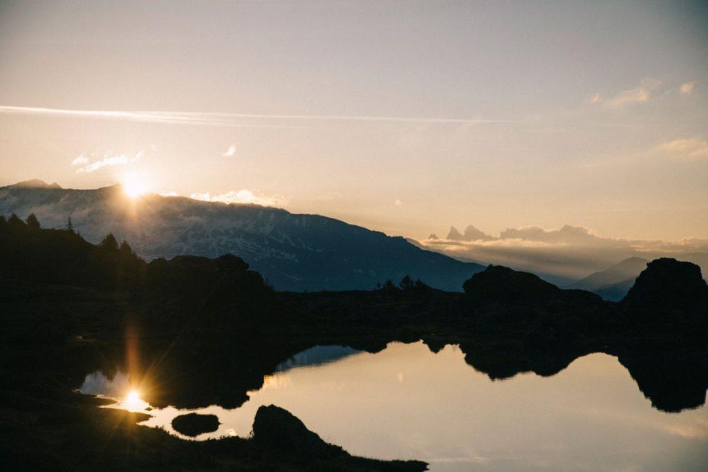 Le soleil qui traverse le massif des Belledonnes et qui éclaire le plateau des lacs dans les Écrins. crédit photo : Clara Ferrand - blog Wildroad