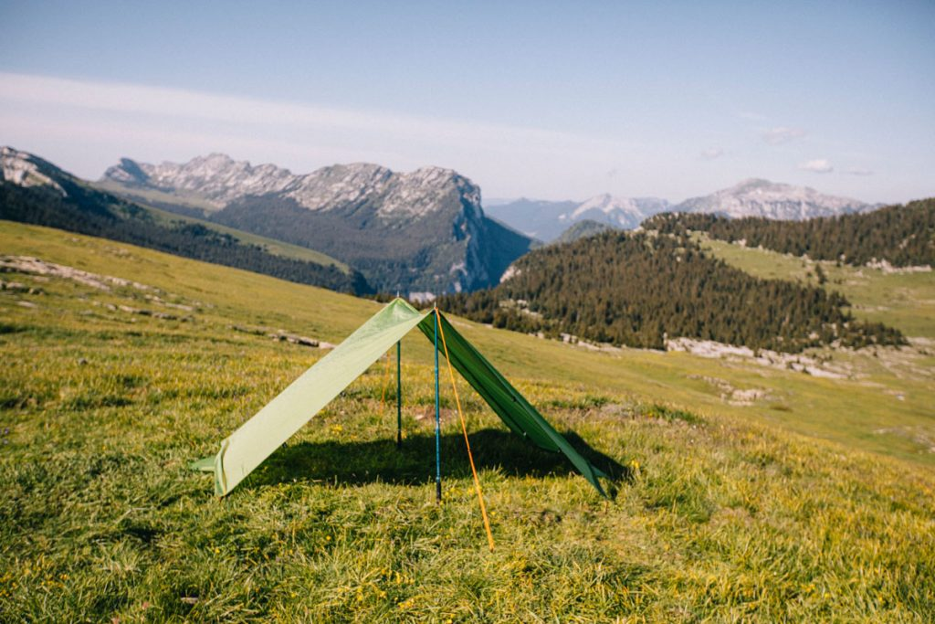 La tente modulable dans la fonction tard pour s'abriter lorsqu'il pleut. crédit photo : Clara Ferrand - blog Wildroad #randonnee #hiking #tentetrek