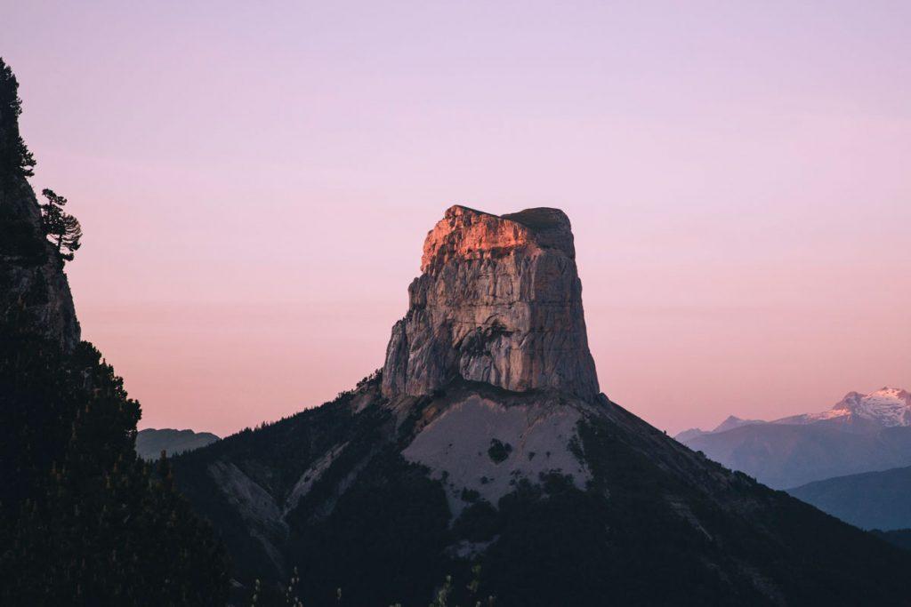 Coucher de soleil sur le mont Aiguille depuis le pas de l'Aiguille. crédit photo : Clara Ferrand - blog Wildroad