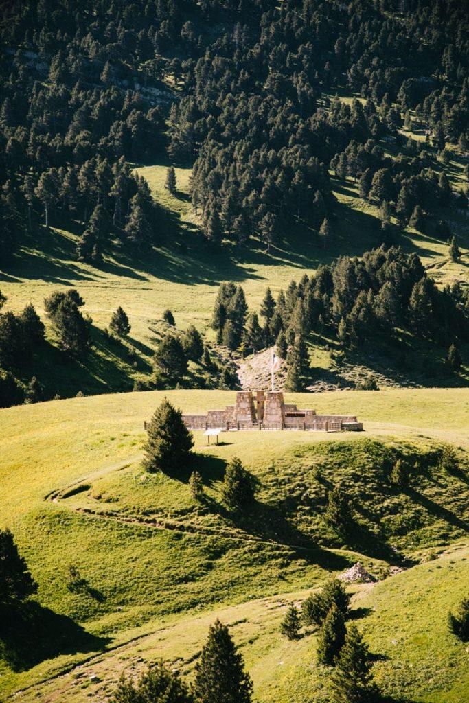 Le monument aux morts de la 2 nd guerre mondiale au pas de l'Aiguille. crédit photo : Clara Ferrand - blog Wildroad
