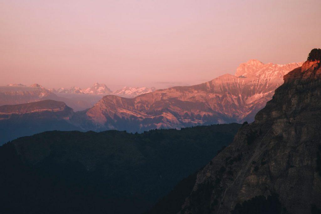 Coucher de soleil depuis les Hauts plateaux du Vercors sur le massif des Écrins et le Mercantour. crédit photo : Clara Ferrand - blog Wildroad