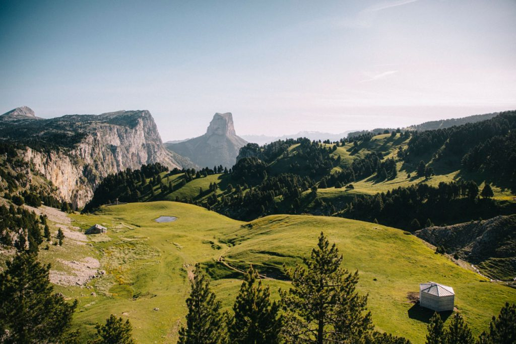 L'alpage du pas de l'aiguille et le refuge de Chamailloux. crédit photo : Clara Ferrand - blog Wildroad
