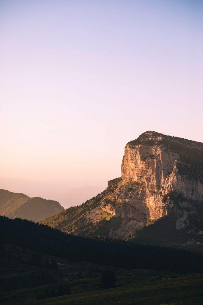 Coucher de soleil sur le sommet du Granier dans la Chartreuse depuis la croix de l'Alpe. crédit photo : Clara Ferrand - blog Wildroad