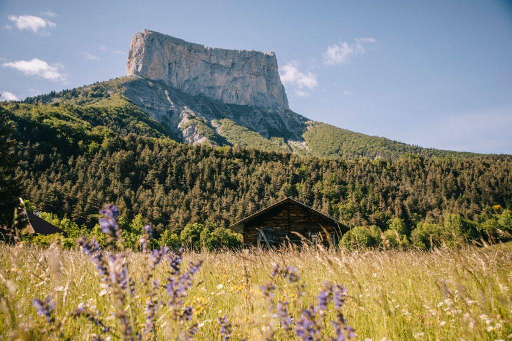 Départ pour la randonnée du pas de l'Aiguille depuis le village de Chichilianne dans le Vercors. crédit photo : Clara Ferrand - blog Wildroad