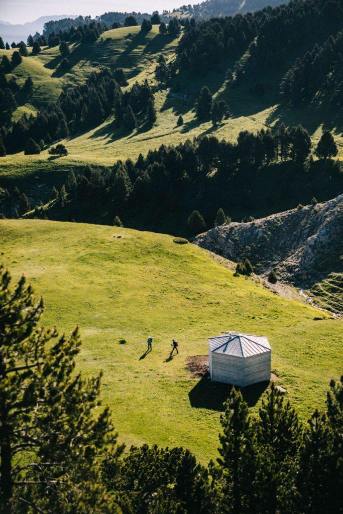 Des randonneurs autour du refuge non gardé de Chamailloux au pas de l'Aiguille. crédit photo : Clara Ferrand - blog Wildroad