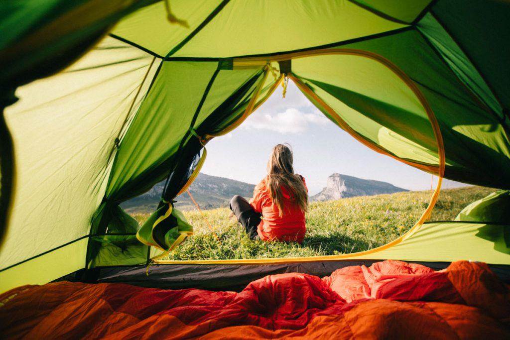 Débuter en camping sauvage avec une tente 2 personnes légére. crédit photo : Clara Ferrand - blog Wildroad #bivouac #randonnee #hiking #chartreuse