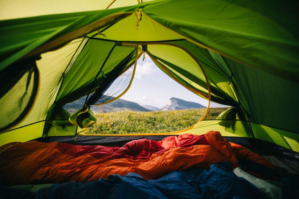 L'intérieur de la tente de trek Qaou lors d'un camping sauvage dans les Alpes. crédit photo : Clara Ferrand - blog Wildroad #bivouac #campingsauvage #france