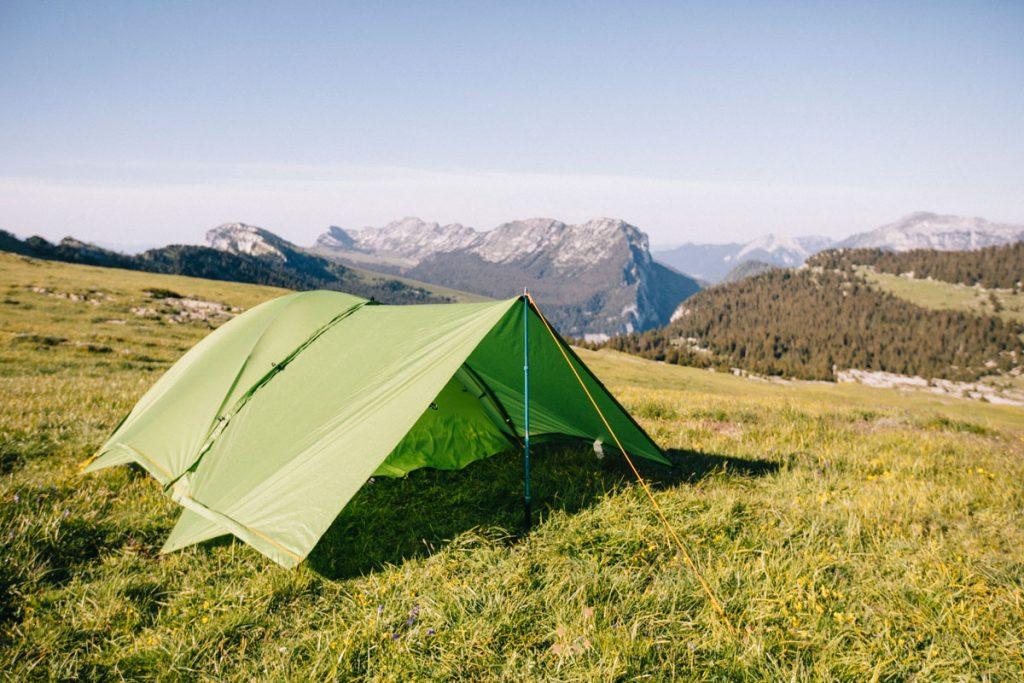 Ajouter un tarp à sa tente en cas d'intempérie. crédit photo : Clara Ferrand - blog Wildroad