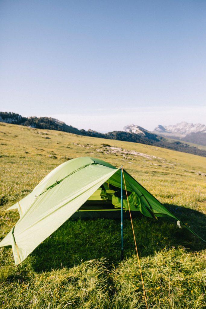 Quel matériel de camping acheter quand on débute. La tente parfaite pour faire du bivouac. crédit photo : Clara Ferrand - blog Wildroad