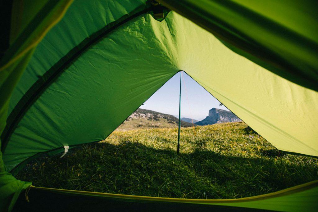 La vue depuis l'intérieur de la tente modulable Qaou lorsqu'on rajoute un auvent. credit photo : Clara Ferrand - blog Wildroad