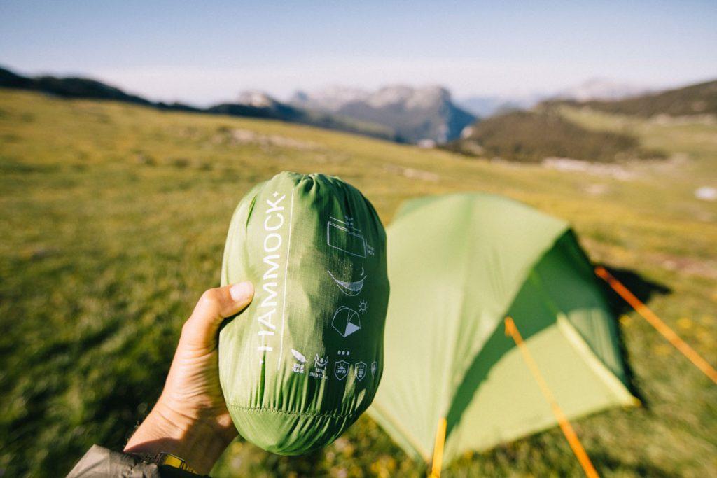 La tente qui se transforme en Hamac de la marque Qaou. crédit photo : Clara Ferrand - blog Wildroad #hamac #tentetrek #france