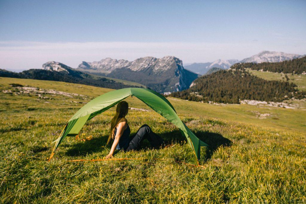 Faire un abri en cas d pluie lorsqu'on est en trek avec la tente modulable Qaou. crédit photo : Clara Ferrand - blog Wildroad