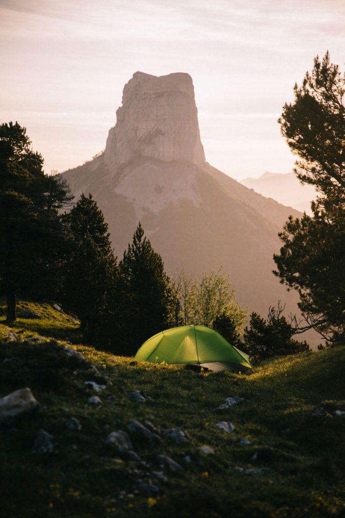 Bivouacquer sur les hauts plateaux du Vercors face au Mont Aiguille. crédit photo : Clara Ferrand - blog Wildroad