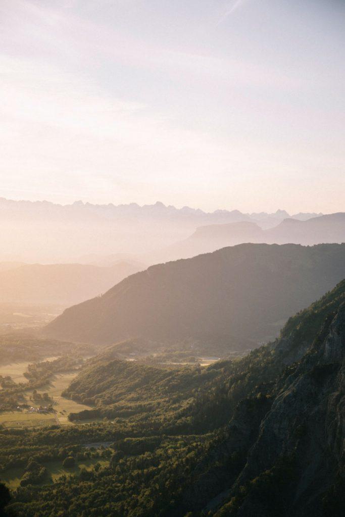 Lever de soleil sur les hauts plateaux du Vercors. crédit photo : Clara Ferrand - blog Wildroad