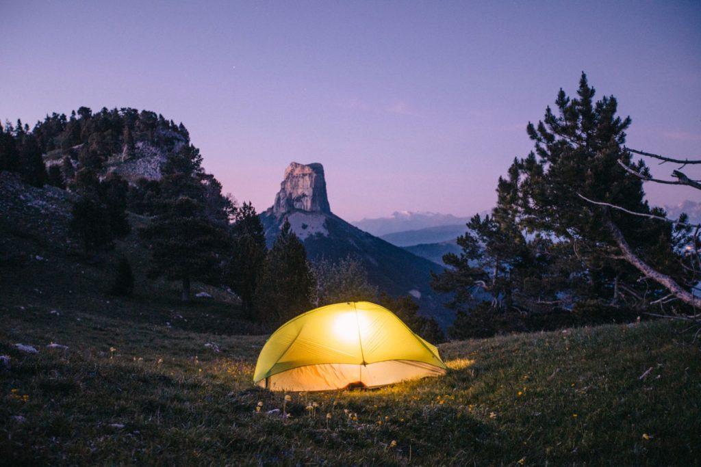 Bivouac estival sur les hauts plateaux de Vercors face au mont Aiguille. crédit photo : Clara Ferrand - blog Wildroad