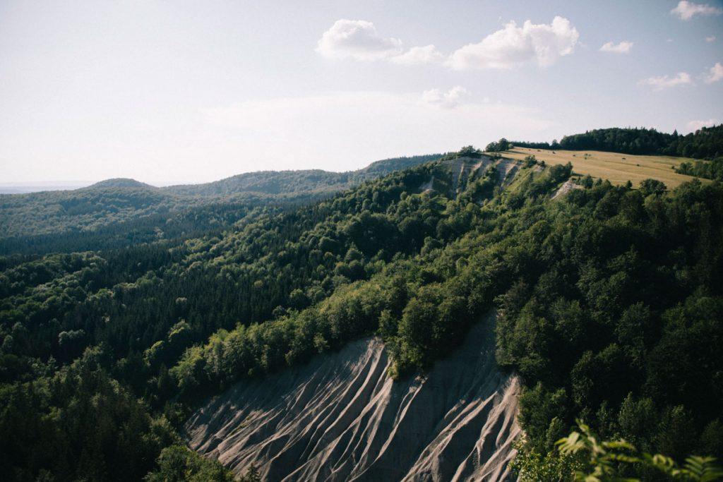 Le sentier de la randonnée de l'échappée jurassienne sur les étapes du Haut-Jura. crédit photo : Clara Ferrand - blog Wildroad