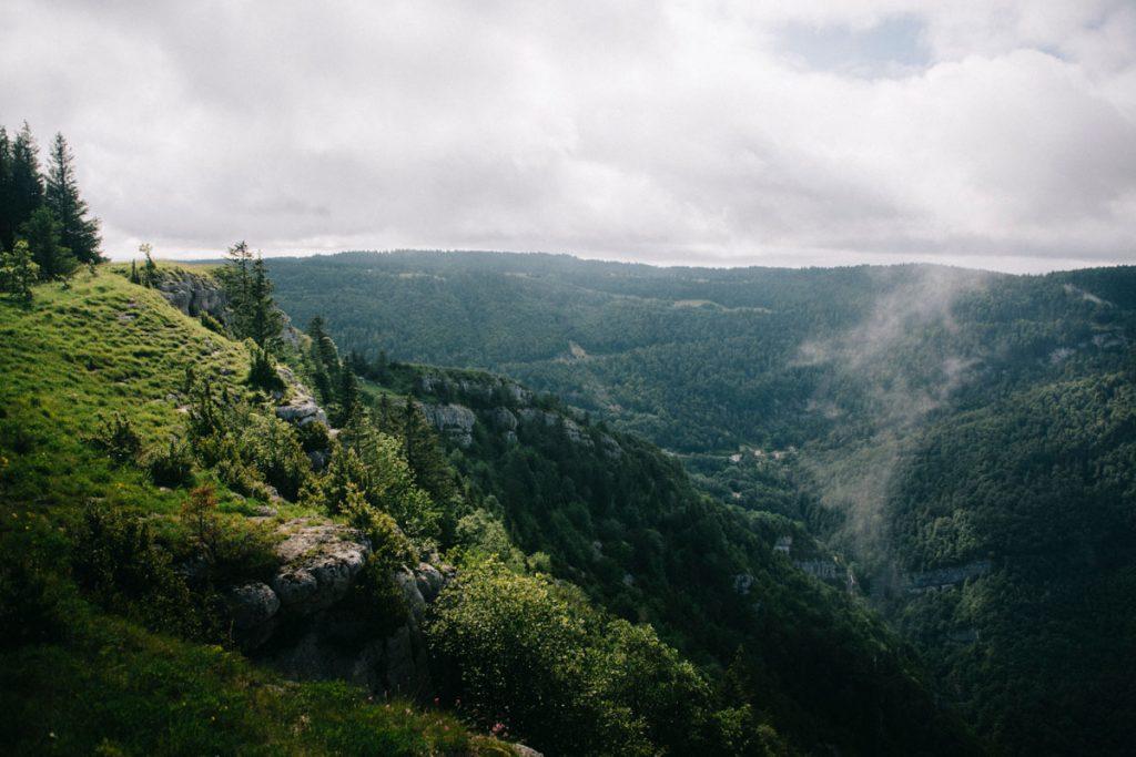 Le belvedere de la roche sur les gres dans le Haut-Jura. crédit photo : clara ferrand - blog Wildroad