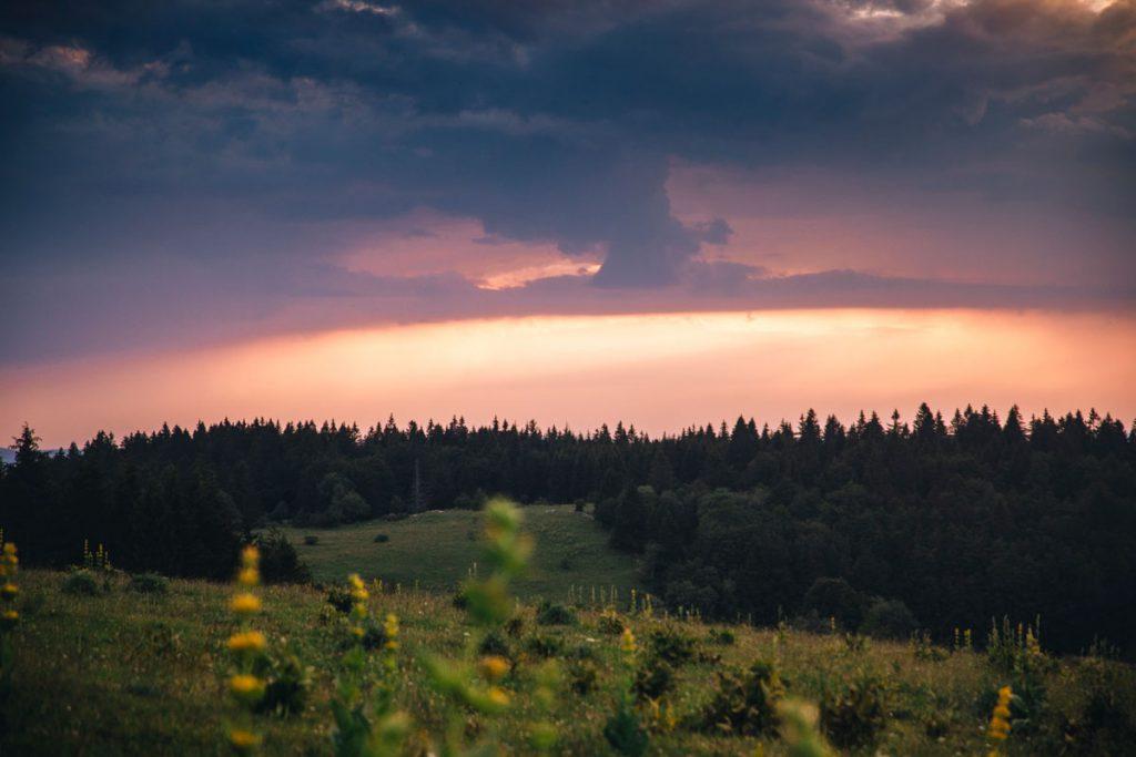 Le coucher de soleil depuis la montagne derrière l'hotel du Trappeur au Manon. crédit photo : Clara Ferrand - blog Wildroad