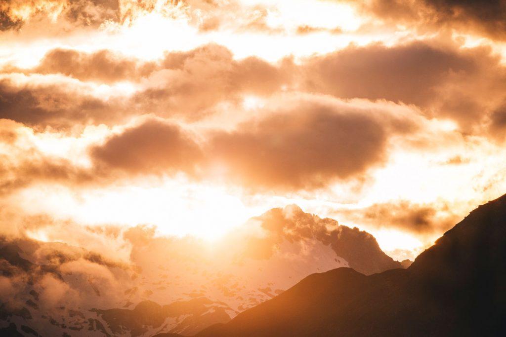 Coucher de soleil sur le massif de Laurier depuis Meribel. crédit photo : Clara Ferrand - blog Wildroad
