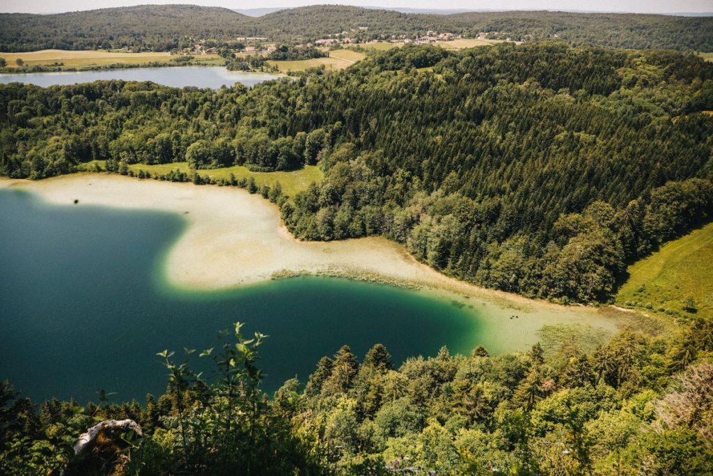 Le belvédère des 4 lacs, un des grands site que traverse l'échappée jurassienne. crédit photo : Clara Ferrand - blog Wildroad