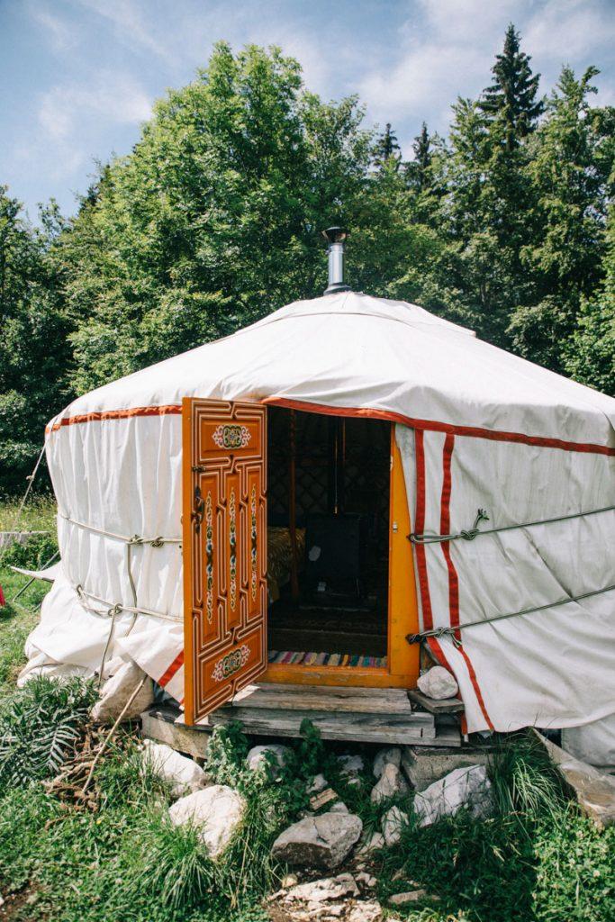 La loge à pinard et ses yourte hébergement insolite dans le Haut Jura. crédit photo : Clara Ferrand - blog Wildroad