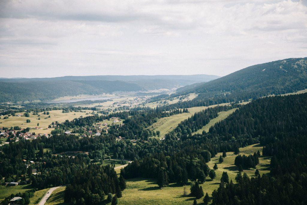 Le panorama sur le massif du jura depuis le belvédère des Nappes. crédit photo : Clara Ferrand - blog Wildroad