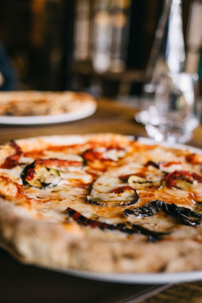 Les pizza du restaurant du chalet de la traye à Meribel. crédit photo : Clara Ferrand - blog Wildroad #pizza #savoie
