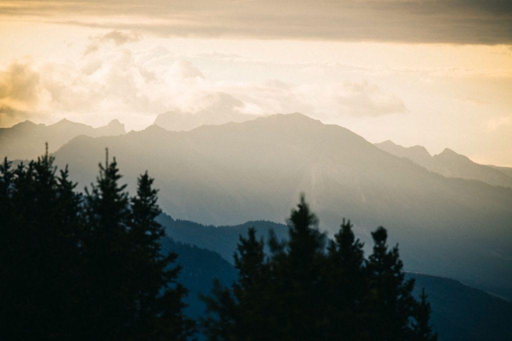 Le coucher de soleil depuis le col de la Lune en Savoie. crédit photo : Clara Ferrand - blog Wildroad
