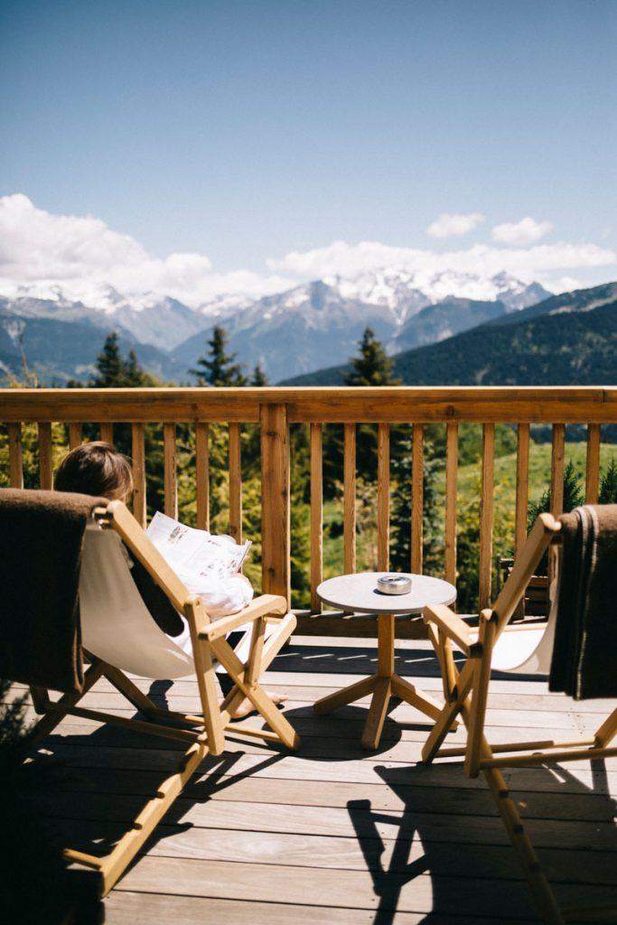 La terrasse du restaurant du refuge de la Traye. Credit photo : Clara Ferrand - blog Wildroad #savoie #hebergement #weekendamoureux