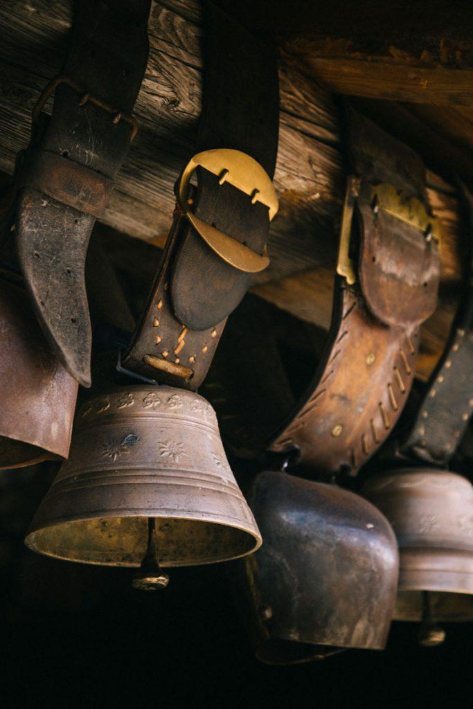 Les cloches savoyarde au refuge de la Traye à Meribel. crédit photo : Clara  Ferrand - blog Wildroad #savoie #refuge #france