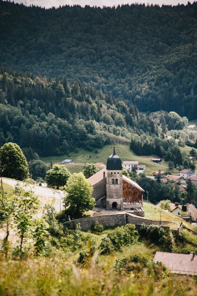 L'église du village de Septmoncel dans le massif du Jura. crédit photo : Clara Ferrand - blog Wildroad