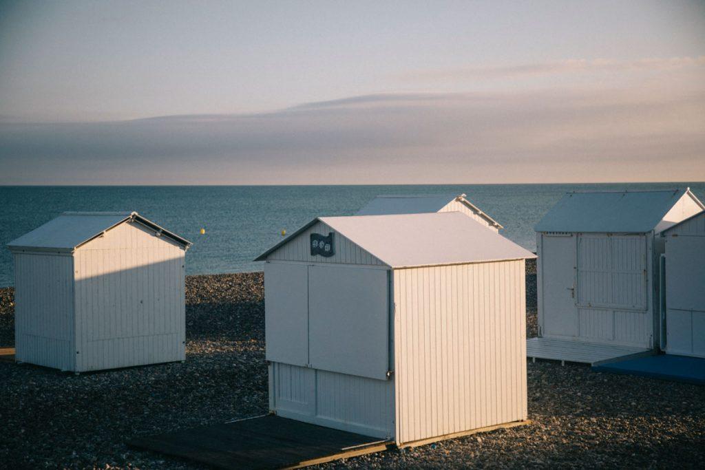 Les petites cabanes de Mers-les-Bains en été sur la plage. crédit photo : Clara Ferrand - blog Wildroad