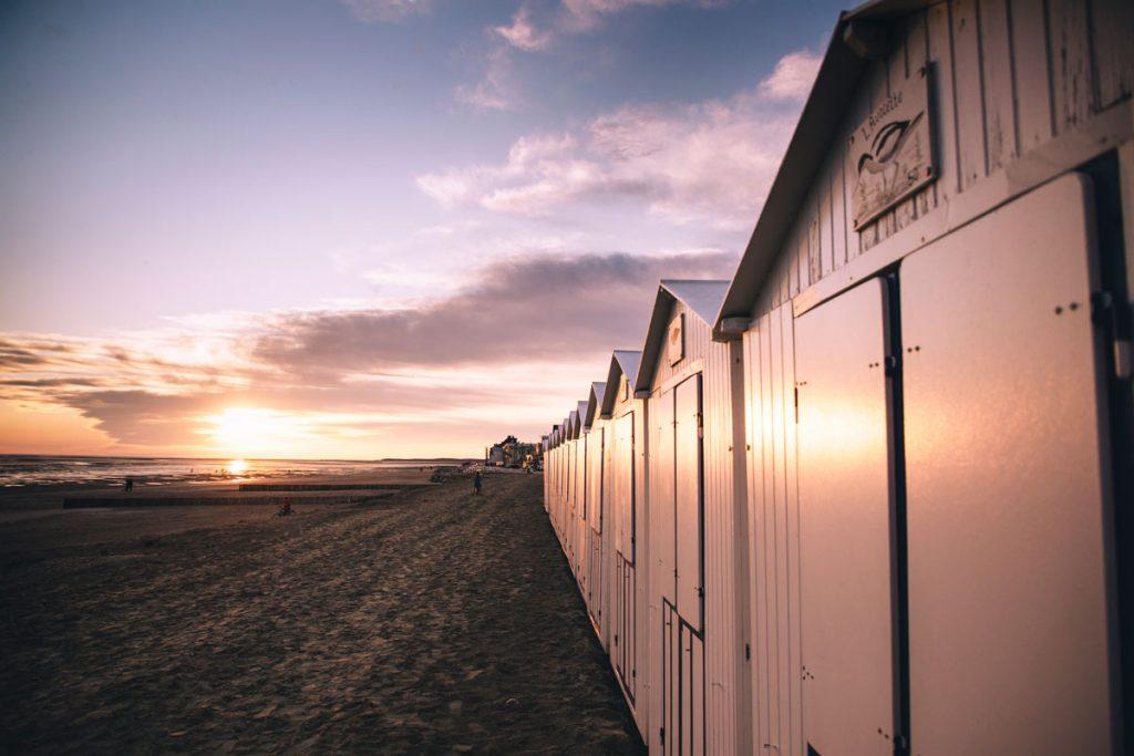 Les cabines de place du Crotoy dans la baie de Somme. crédit photo : clara Ferrand - blog wildroad