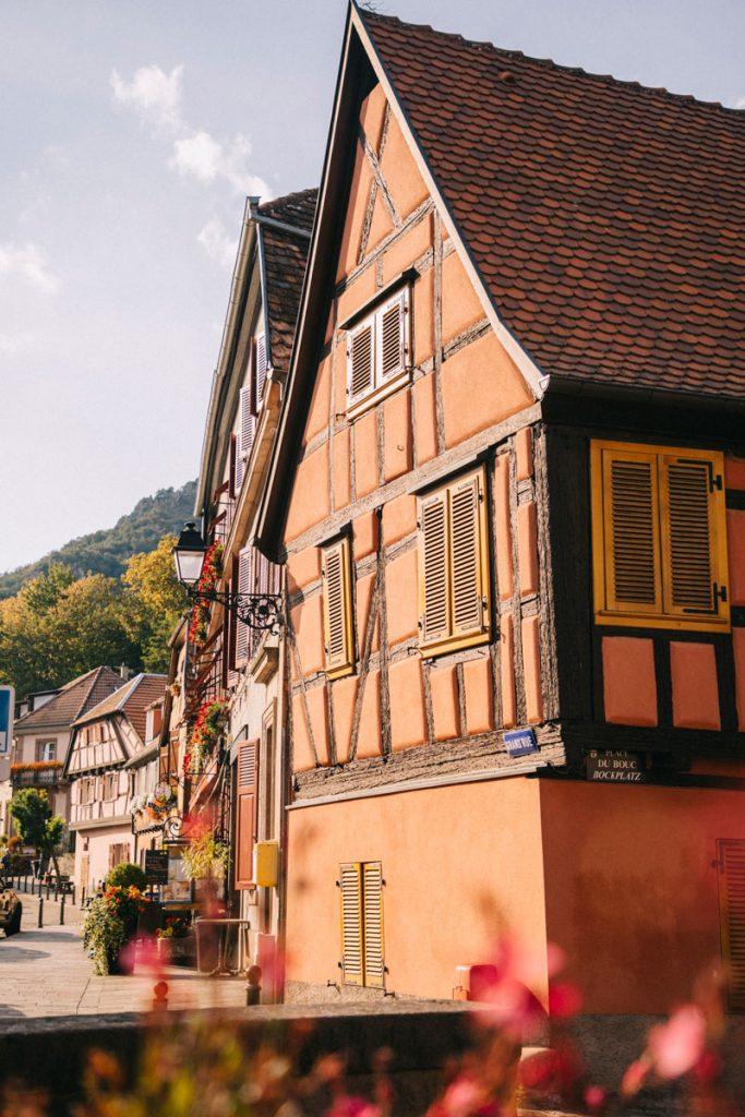 Les maisons à colombages du village alsacien de Ribeauvillé dans le centre-ville. crédit photo : Clara Ferrand - blog Wildroad