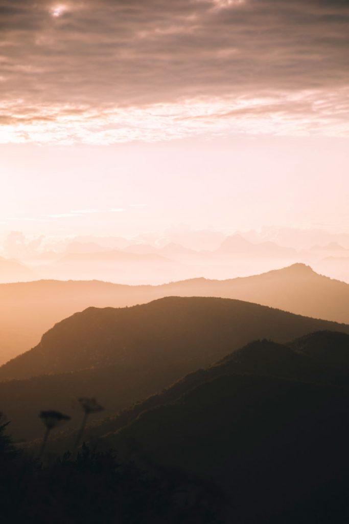 Le massif des écrins depuis la randonnée des 3 becs au lever de soleil. crédit photo : Clara Ferrand - blog Wildroad