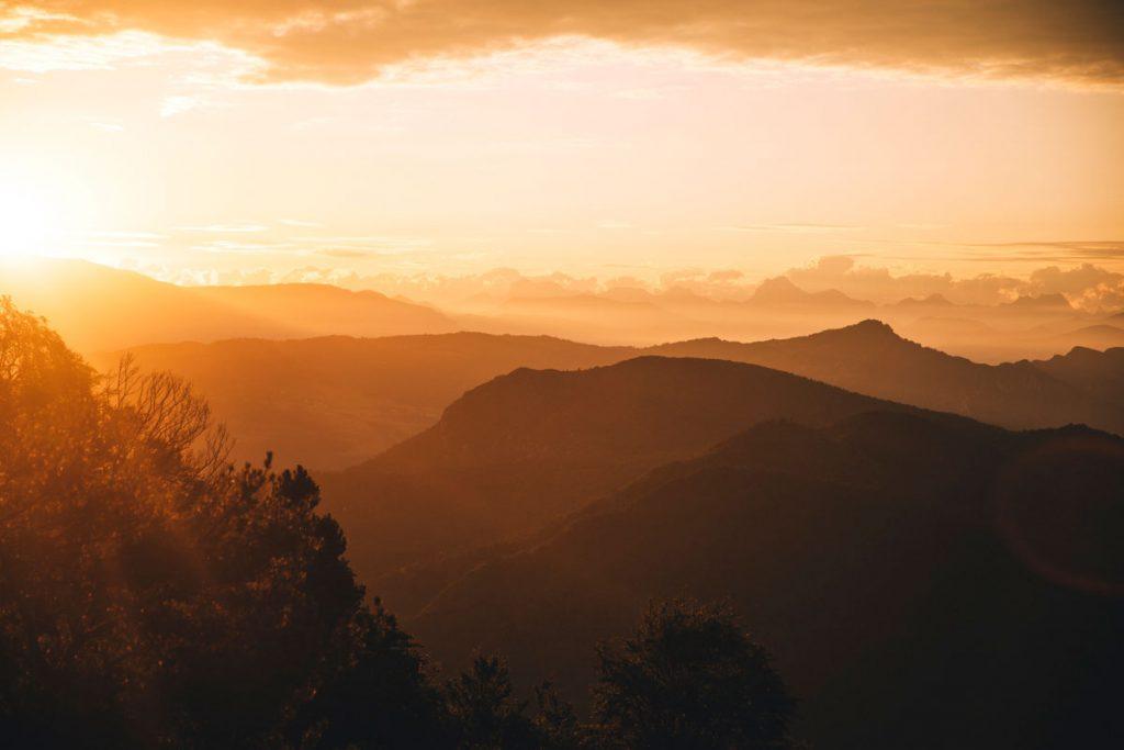 Lever de soleil depuis la randonnée des 3 becs sur le massif de Vercors et des Écrins. crédit photo : Clara Ferrand - blog WIldroad