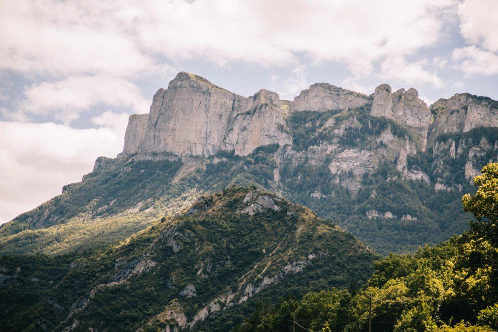 La massif des 3 becs depuis la route départementale en direction du col de la chaudière. crédit photo : Clara Ferrand - blog Wildroad