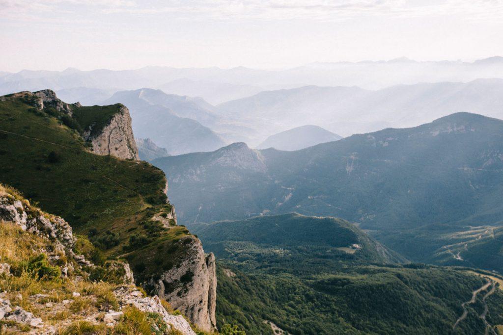Le plus haut sommet du synclinal de la foret de Saou, le signal à 1570 mètre. crédit photo : Clara Ferrand - blog Wildroad