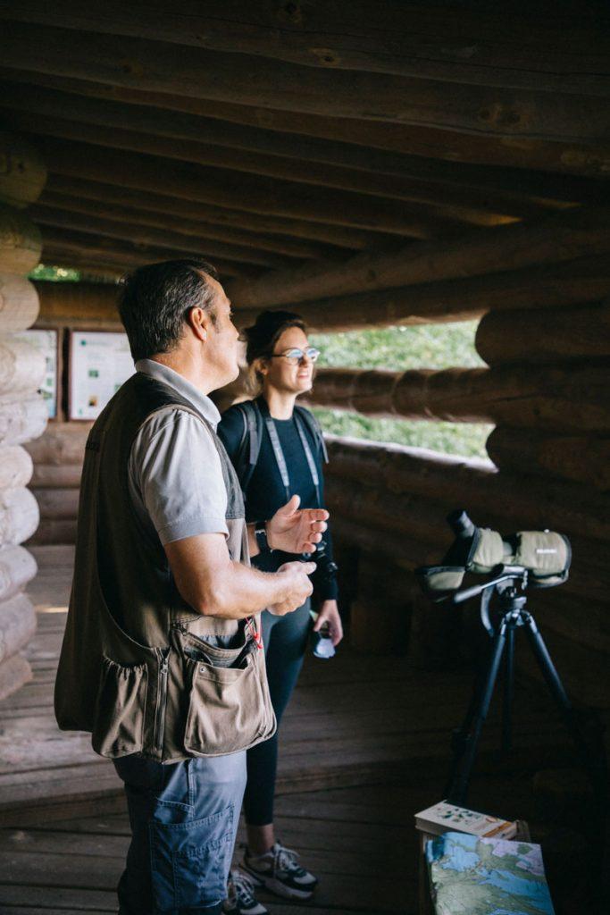 Observer les oiseaux avec un guide naturaliste dans le parc naturel régional de la forêt d'Orient. crédit photo : Clara Ferrand - blog Wildroad