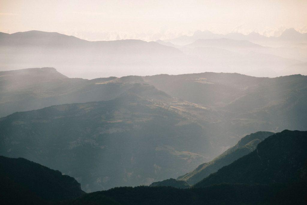 Le panorama du depuis le Veyou sur la randonnée des 3 becs. crédit photo : Clara Ferrand - blog Wildroad
