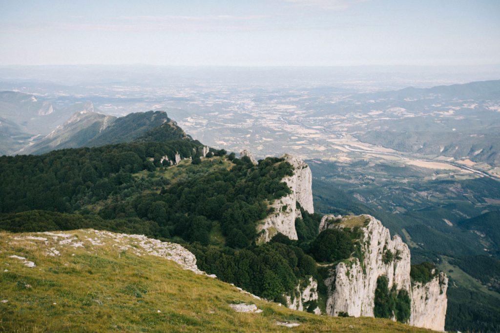 Le panorama sur la vallée de la drome depuis la roche Courbe au sommet des 3 becs. crédit photo : Clara Ferrand - blog Wildroad