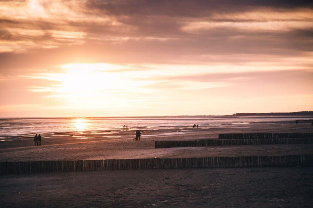 se balader sur la plage du Crotoy au coucher du soleil dans la baie de Somme. crédit photo : Clara Ferrand - blog Wildroad